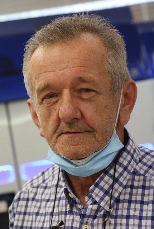 Laboratoř na ústeckém Střekově. Vedoucí úseku imunochemie Josef Ondřej