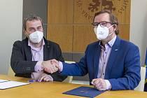 Obsahem smlouvy mezi UJEP v Ústí nad Labem a Labe Arénou je oficiální vyjádření podpory a společného zájmu, například spolupracovat v oblastech sportovních aktivit.