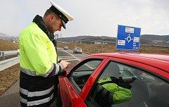 Policisté ve čtvrtek kontrolovali u sjezdu z dálnice D8 řidiče, jestli mají na svých vozidlech nové dálniční známky.