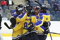 Ústečtí hokejisté (žlutí) vyhráli v Chomutově 7:5 a srovnali stav série.