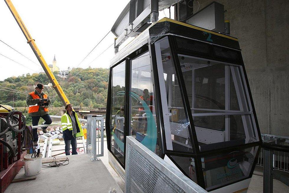 Instalace a usazování kabine nové lanové dráhy.