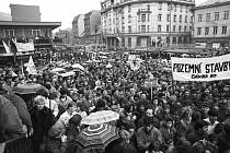 Snímky z období po 17. listopadu 1989 pocházejí z Činoherního studia na Střekově a z generální stávky na Mírovém náměstí.