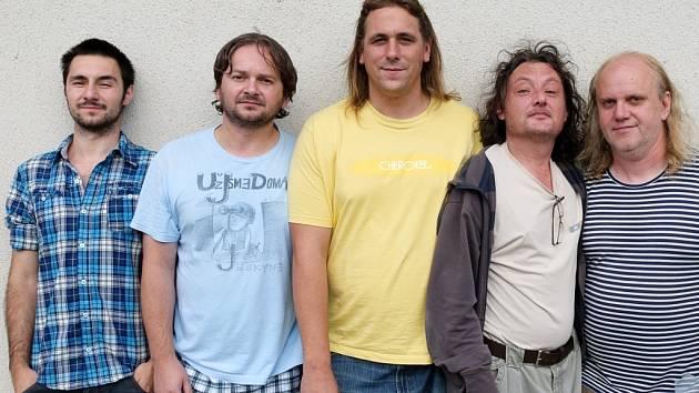 Už jsme doma (zprava): Miroslav Wanek (kytara, piáno, zpěv), Martin Velíšek (štětce), Adam Tomášek (trubka, zpěv), Pepa Červinka (basová kytara, zpěv) a Jaroslav Noga (bicí).