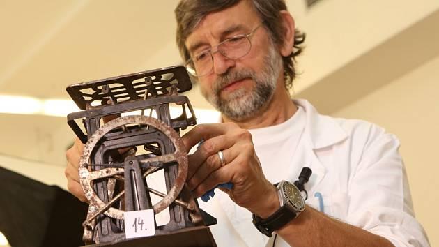 S rozbalováním balíků takzvaného pokladu z Libouchce začali v úterý pracovníci Muzea města Ústí nad Labem.
