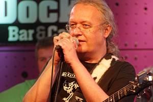 PETR LINHART s kytarou, brejličkami, s krásnými písničkami a doprovodem.