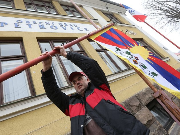 Tibetskou vlajku vyvěsili také na obecním úřadě v Petrovicích.