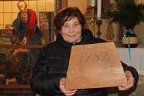 JANA JIRÁSKOVÁ ukazuje kus původní kostela, který stál na petrovickém hřbitově.