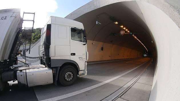Tunely na dálnici D8.