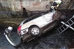 V ústecké části Bukov pod nemocnicí auto skončilo v korytě Klíšského potoka.