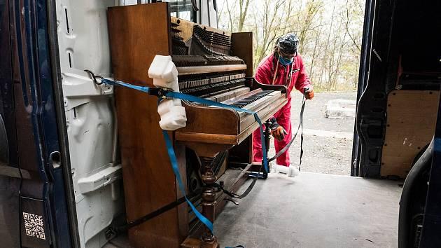 Historické pianino, které jako zázrakem přežilo bombardování města Ústí v dubnu 1945.