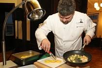 Kuchaři z Asociace kuchařů a cukrářů (AKC) vařili na semináři ve velkém sále hotelu Větruše.