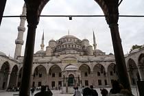 Už nádvoří Modré mešity napovídá, o jak výjimečnou stavbu se jedná.