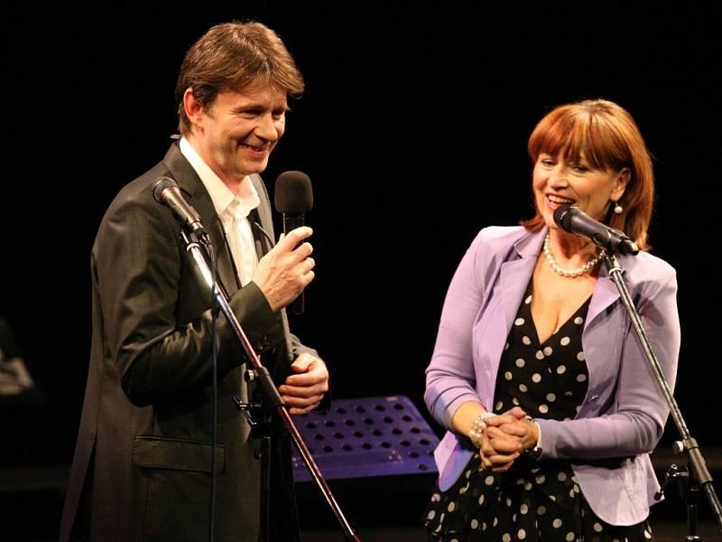 Moderátor Jan Šťastný a zpěvačka Petra Černocká.