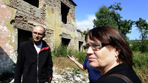 Veřejná ochránkyně práv Anna Šabatová navštívila sociálně vyloučenou lokalitu Předlice. Mezi vybydlenými domy ji provedl  například Miroslav Brož z občanského sdružení Konexe (vlevo).