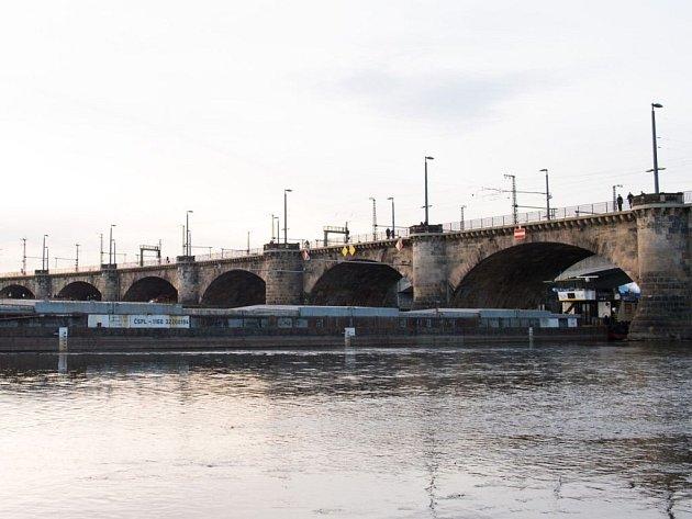 Plavidlo s nákladem zůstalo v neděli stát pod mostem v centru německého města.