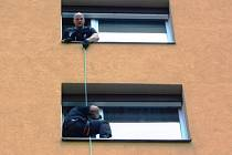 Strážníci se na místě pokusili dveře odemknout, ale to se jim nepodařilo, proto se do bytu spustili pomocí lezecké techniky z bytu nad ním.