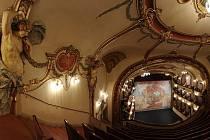 ZBYDE JEN PRÁZDNÉ DIVADLO?  Ústeckému divadlu zvoní umíráček. Město Ústí se ho chce zbavit a převést na kraj, jenže ten o ničem neví a nemá ani peníze. Jak to dopadne s krásně vyzdobeným ústeckým divadlem?