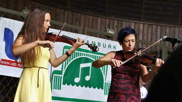 I přes deštivé počasí se i tuto neděli v mušli v Městských sadech odehrála trojice koncertů známá jako Malý Hamburk.