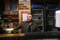 Petr Baják za barem restaurace Sahara v centru Ústí. Končí, smetl ji covid-19 a vládní opatření.
