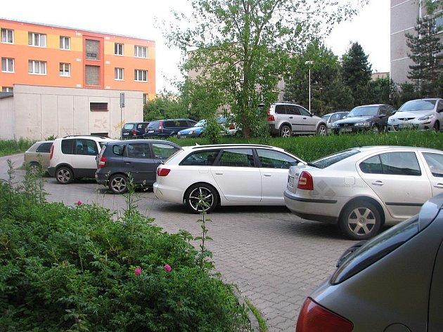 Zatímco parkoviště u soukromého domu zeje prázdnotou, řidiči musí parkovat všude možně.