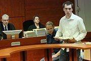 Obžalovaný Jaroslav Pulpán z Děčína obivněný, že sexuálně obtěžoval nezletilé dívky a poté je vydíral přes internet, se zpovídá u ústeckého soudu.
