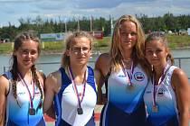 Párová čtyřka dorostenek ve složení (zleva) Eliška Šofrová, Natálie Krakuvčiková, Natálie Schaidtová a Andrea Mastíková vybojovala na MČR stříbrné medaile.