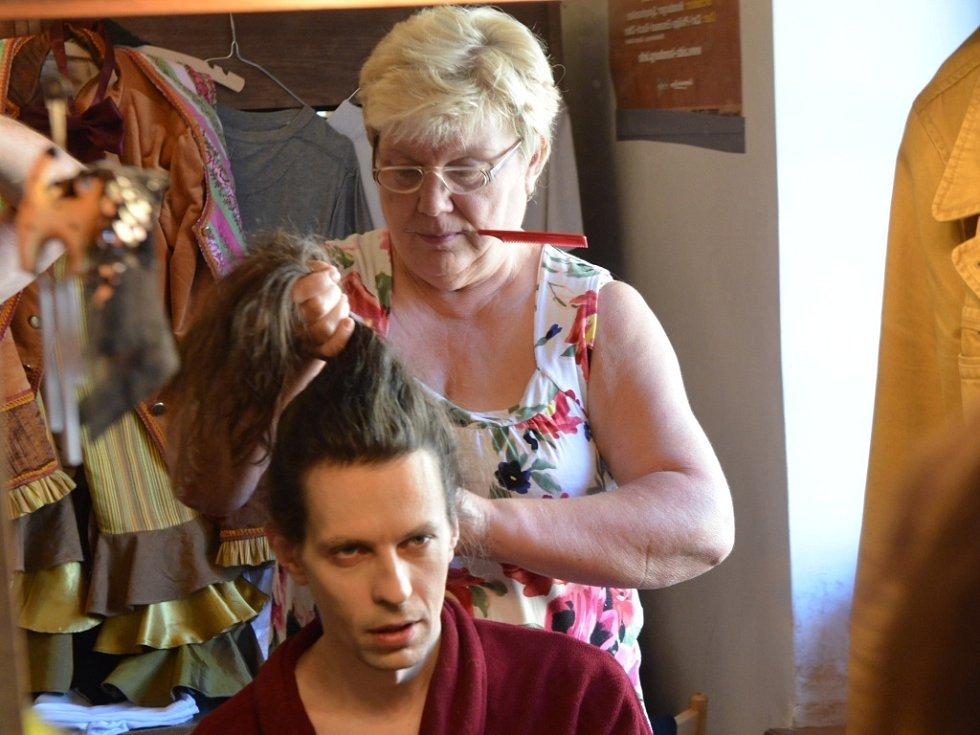 Šéfová ústecké vlásenkárny připravuje tanečníka Vladimira Gončarova pro roli v Broučcích.