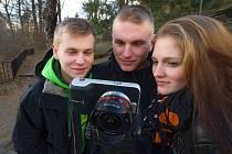 Tvůrčí tým Radim a Vít Střelkovi a Iveta Doležalová při focení na Pastýřské stěně v Děčíně.