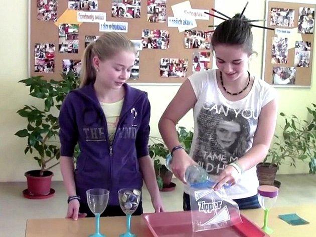 Experimenty s vodou v podání Lucky a Kláry.
