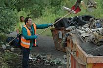 Odpad z pozemků pod průmyslovou zónou v Předlicích zabral několik kontejnerů.
