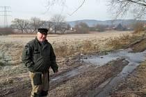 VODA Z PODZEMNÍHO PŘIVADĚČE pro habrovický rybník vytéká na povrch a ničí pozemky Jiřího Marka.