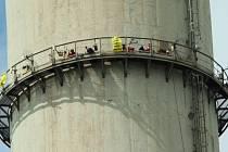 Aktivisté Green peace se utábořili ve výšce 250 metrů nad zemí.