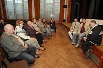 Diskutovat s obyvateli obce přišli jen dva lídři. Zbylých sedm podepsalo prohlášení, ve kterém debatu prohlásili za populistickou a diskuzi odmítli.