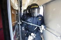 Pořádková jednotka policie z Ústí nad Labem cvičila v pondělí dopoledne v děčínském depu Českých drah zátah proti rozvášněným fanouškům ve vlaku. Cvičení je kvůli finálovému zápasu mezi Ústeckými Lvy a Chomutovem