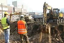 Výstavba obchodního komplexu u kina Hraničář začala.