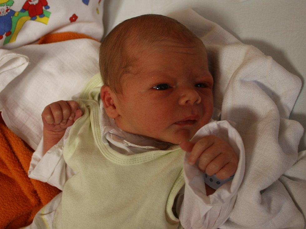 Karel Suk se narodil Kateřině Sukové z Lomu 4. října v 10.10 hod. v ústecké porodnici. Měřil 51 cm a vážil 3,16 kg.