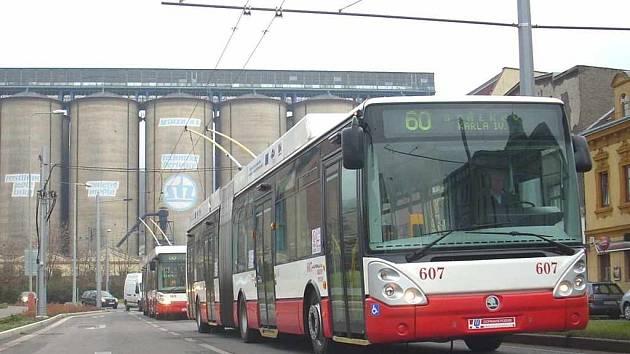 První trolejbusy se vrací ze zkušební jízdy ze Střekova