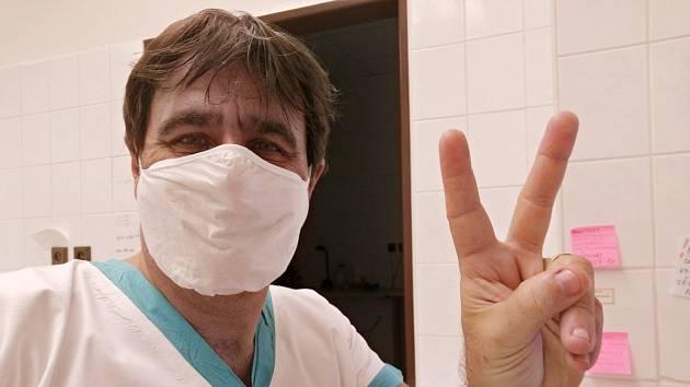 Tomáš Kraus pracuje jako dobrovolník v ústecké Masarykově nemocnici. Vyzývá ostatní Ústečany, aby se k němu připojili