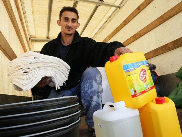 Dobrovolníci ústeckého kříže za své působení uspořádali několik sbírek. Jednou  z nich byla na pomoc lidem postiženým povodní v roce 2009.