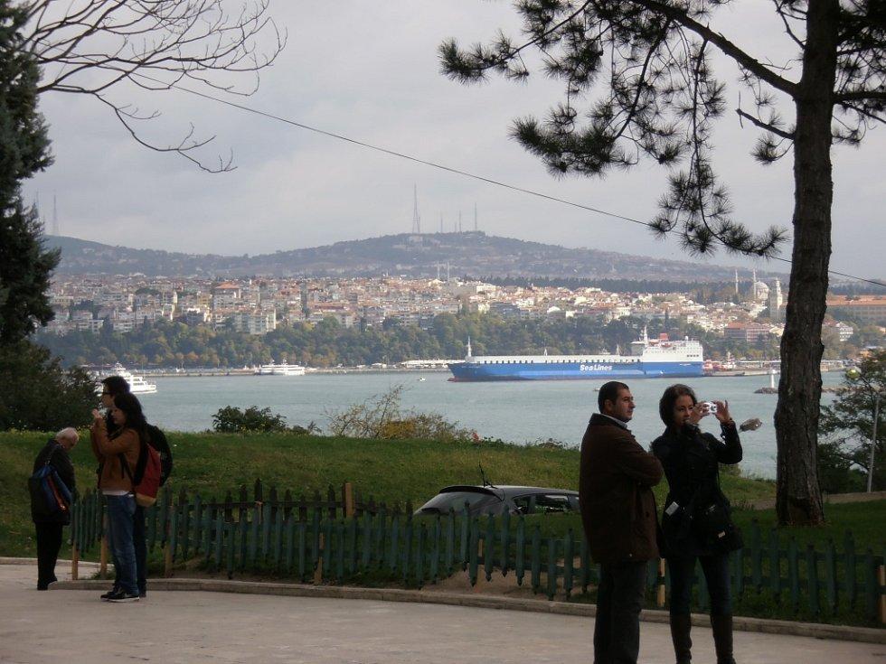 Výhled z palácové zahrady na záliv Zlatý roh a průliv Bospor.