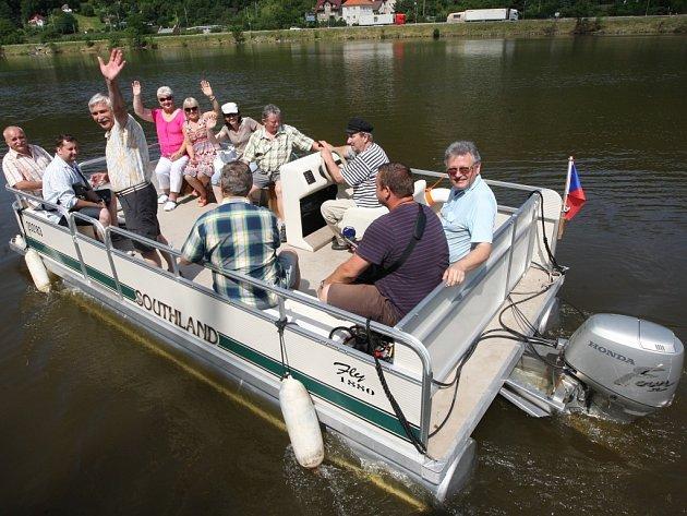 Katamarán na řece v pátek dopoledne vyzkoušeli první odvážlivci.