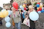 Celkem 1813 nafukovacích balónků. Přesně tolik jich společně vypustili na ústeckém Mírovém náměstí návštěvníci.