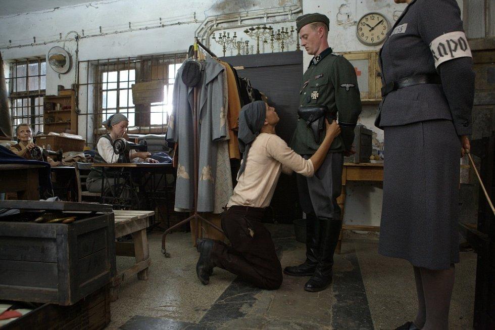 Ve filmu Colette vzplála láska mezi židovským chlapcem Vilim (Jiří Mádl) a pohlednou belgickou Židovkou Colette (Clémence Thioly). Zachránila mu život.
