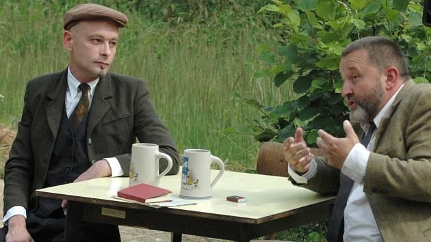 Lenin naslouchá Haškovi. A docela se shodnou, baví své publikum. Ale Bůh ví, jak to tehdy vůbec bylo...