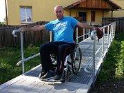 Tomáš Martinec, který po úrazu nemůže chodit, se musel křovisky na chodníku doslova prosekat.
