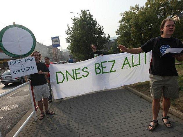 """Zelení se postavili se symbolickou značkou """"Zákaz vjezdu"""" na křižovatku ve směru na špitálské náměstí a s transparentem, upozorňujícím na """"Evropský den bez aut"""", přešli dvakrát přes přechod."""
