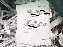 Dokumenty s nezamazanými rodnými čísly se povalovaly u popelnic v Neštěmicích. Černé linky na snímku přes čísla umístila až redakce Deníku.