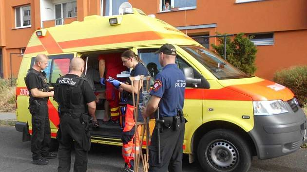 Nemocného muže strážníci předali záchranářům