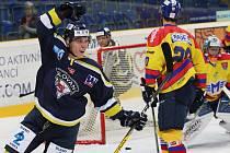 Hokejisté Slovanu (modří) doma porazili České Budějovice 4:3.