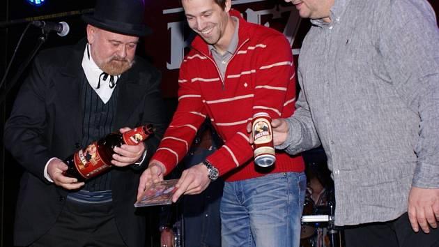 Hitové 2CD křtil Fešákům herec František Sysel (vlevo) z Ústí, který pro pivovar Velké Březno hraje legendárního štamtgasta Cibicha, tvář Březňáku.